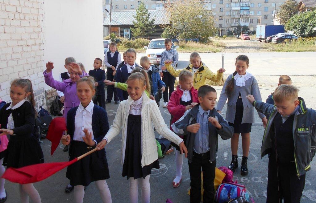 Гимнастика у входа в Сысертскую библиотеку для детей и юношества им. П.П. Бажова